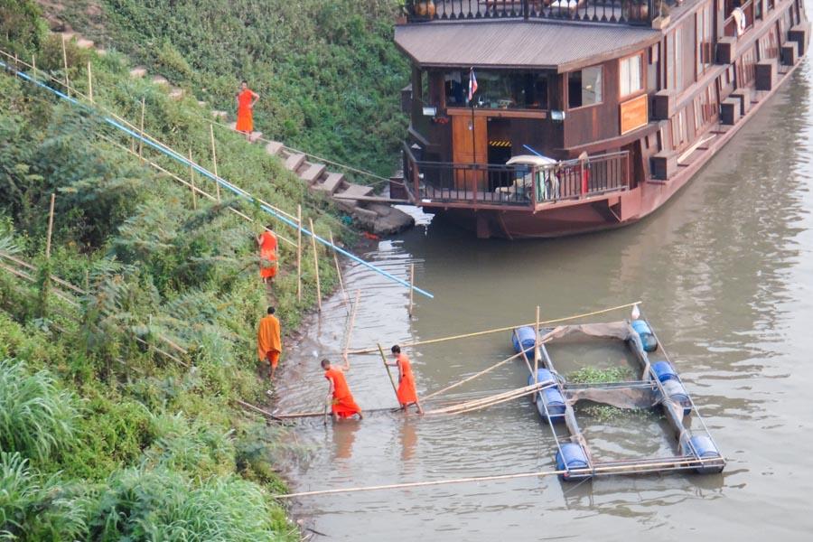 Mönche Am Fluss